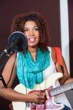 Żeński piosenkarz Bawić się gitarę W studiu Zdjęcie Royalty Free