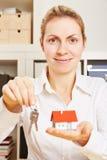 Żeński pośrednik handlu nieruchomościami z domem i kluczami Zdjęcia Royalty Free