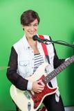 Żeński podpisany Bawić się gitarę Podczas gdy Śpiewający W studiu nagrań Obrazy Stock