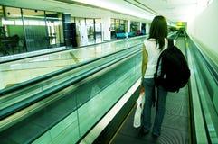 Żeński podróżnik na lotnisku Obrazy Stock