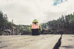 Żeński podróżnik siedzi na drewnianym molu blisko pięknego jeziora w sosnowym lesie Fotografia Royalty Free