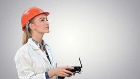 Żeński pracownik budowlany działa żurawia używać pilot do tv na białym tle zbiory