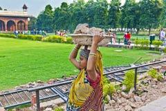 Żeński pracownik niesie skała odpady na jej kapeluszu Fotografia Stock