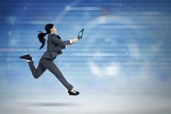Żeński pracownik z laptopem biega w cyberprzestrzeni Zdjęcia Royalty Free