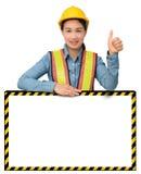 Żeński pracownik z ochrony wyposażeniem, pozuje za dużym bielem Zdjęcia Royalty Free