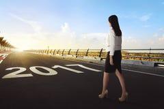 Żeński pracownik zaczyna chodzić jej podróż na ulicie sukces Zdjęcia Royalty Free
