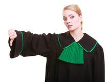 Żeński prawnik jest ubranym klasycznego połysk togi kciuka puszka gest zdjęcie royalty free