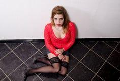 Żeński prostytutki obsiadanie na podłoga Obrazy Stock