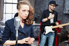 Żeński prowadzenie wokalnie i gitarzysta obrazy royalty free