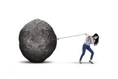 Żeński przedsiębiorca ciągnie dużego kamień na studiu Zdjęcia Royalty Free