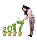 Żeński przedsiębiorca ciie liść kształtującą liczbę 2017 Zdjęcia Stock