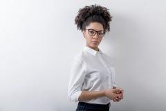 Żeński przedsiębiorca z kędzierzawym włosy i eyeglasses Zdjęcie Royalty Free