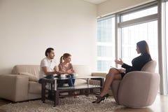 Żeński psycholog pracuje z młodym nieszczęśliwym rodzinnym pary hav Fotografia Stock