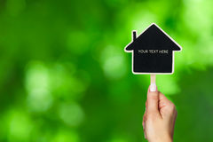 Żeński ręk utrzymań domu znak Zdjęcie Stock