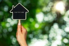 Żeński ręk utrzymań domu znak Zdjęcia Stock