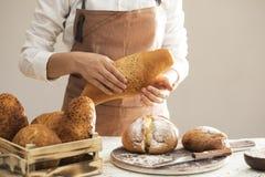 Żeński ręka świeżo piec chleb Obraz Stock
