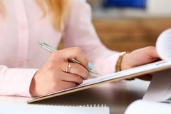 Żeński ręka chwyta srebra pióro i ochraniacz Fotografia Stock