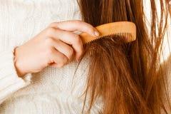 Żeński ręki czesać długie włosy Obraz Stock