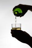 Żeński ręki dolewania wino w szkło Zdjęcia Royalty Free