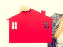Żeński ręki mienia czerwieni papieru domu symbol Obrazy Stock