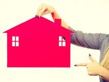 Żeński ręki mienia czerwieni papieru domu symbol Fotografia Stock