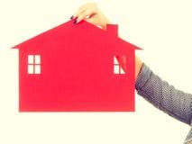 Żeński ręki mienia czerwieni papieru domu symbol Zdjęcie Stock