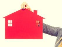 Żeński ręki mienia czerwieni papieru domu symbol Zdjęcia Royalty Free