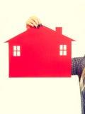 Żeński ręki mienia czerwieni papieru domu symbol Obrazy Royalty Free