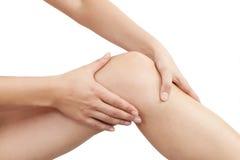 Żeński ręki mienia kolano odizolowywający Zdjęcie Royalty Free