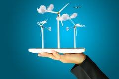 Żeński ręki teraźniejszości silnika wiatrowego władzy generator Obrazy Royalty Free