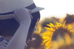 Żeński rolnik, agronom, w polu z słonecznikami Obrazy Stock