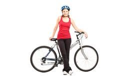 Żeński rowerzysta z hełmem pozuje obok rower górski zdjęcia royalty free