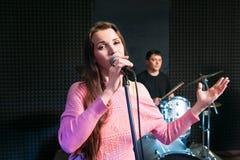 Żeński solisty śpiew w mikrofon Fotografia Royalty Free