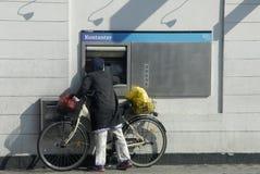 Żeński spieniężenie pieniądze przy automat Obraz Stock