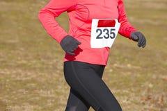 Żeński sportowy biegacz na przecinającego kraju rasie Plenerowy obwód zdjęcia stock