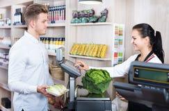 Żeński sprzedawca pomaga klienta w sklepu spożywczego sklepie fotografia royalty free