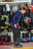 Żeński strażak Jest ubranym mundur Przy posterunkiem straży pożarnej Zdjęcie Royalty Free