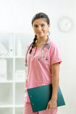 Żeński student medycyny z schowkiem przy biurem Obraz Royalty Free