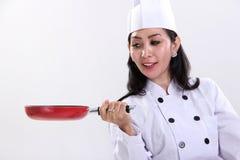 Żeński szef kuchni i jej smaży niecka zdjęcie stock