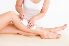 Żeński terapeuta nawoskuje klient nogę zdjęcie royalty free