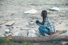 Żeński turysta z cyfrową kamerą Zdjęcia Stock