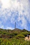 Żeński turystyczny odprowadzenie latarnia morska przy przylądkiem Dobra nadzieja Zdjęcia Stock