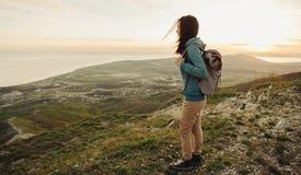 Żeński turystyczny odprowadzenie w górach Zdjęcia Royalty Free