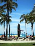 Żeński turystyczny spojrzenie przy Duke Kahanamoku statuy mienia leis przy Wa Zdjęcia Royalty Free