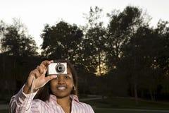 Żeński uczeń bierze fotografię outdoors Zdjęcie Stock