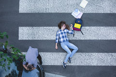 Żeński uczeń uderzający samochodem zdjęcie stock