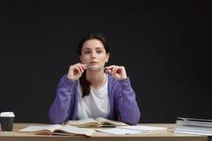 Żeński uczeń z książkami w sala lekcyjnej biurku Zdjęcia Royalty Free