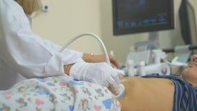 Żeński unrecognizable doktorski operacyjny ultrasonic, ultradźwięk próbna jednostka Ultradźwięku nowożytny wyposażenie zdjęcie wideo