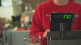 Żeński właściciel obchodzi się transakcję przy rejestrem zbiory wideo
