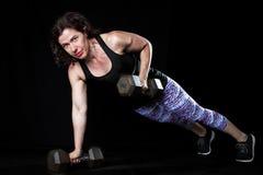 Żeński Weightlifter deski Dumbell rząd Fotografia Stock